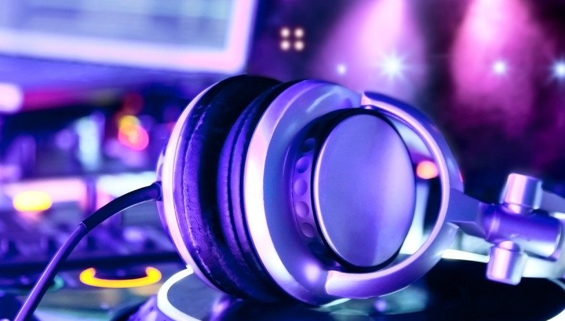 Shall I book a wedding DJ?